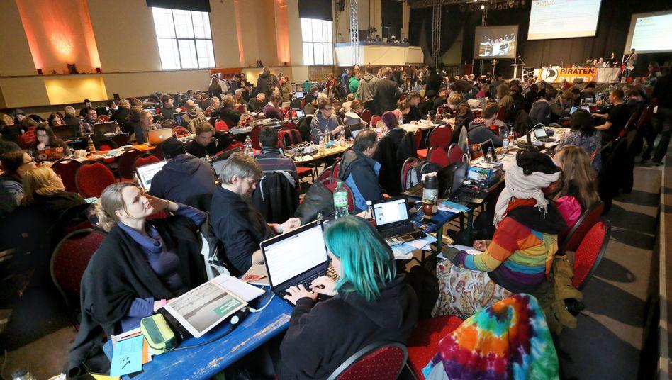 Piraten-Mitglieder bei einer Versammlung im Februar: Wie sinnvoll ist ein Online-Parteitag?