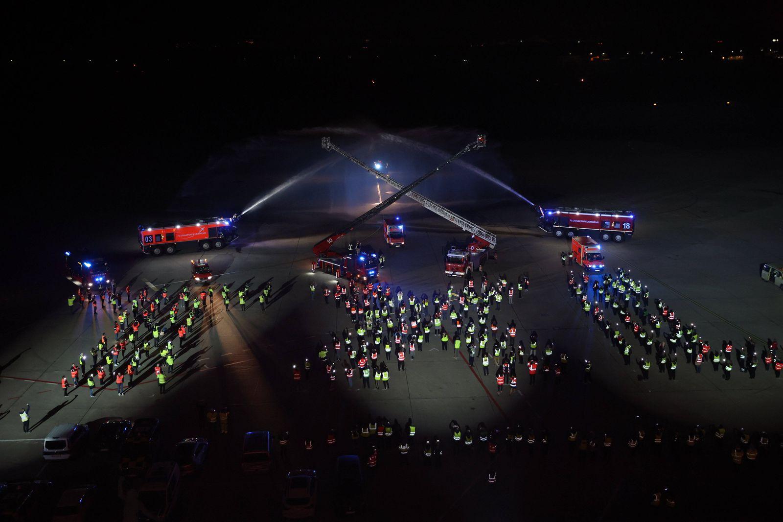 Die Lichter gehen aus am Flughafen Berlin Tegel TXL. Hier bilden die Mitarbeiter nach dem letzten Flug am Samstag Abend