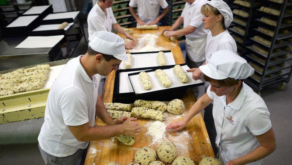 Angestellte einer Bäckerei: Mindestlohn soll 2015 kommen