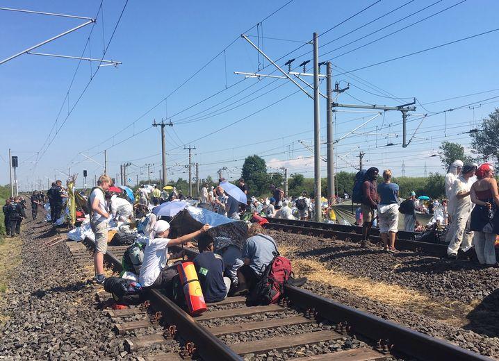 Bahngleise bei Neurath: Am Sonntag weiterhin besetzt