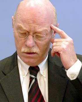Würde nicht zurücktreten, wenn die Wehrpflicht fällt: Verteidigungsminister Peter Struck