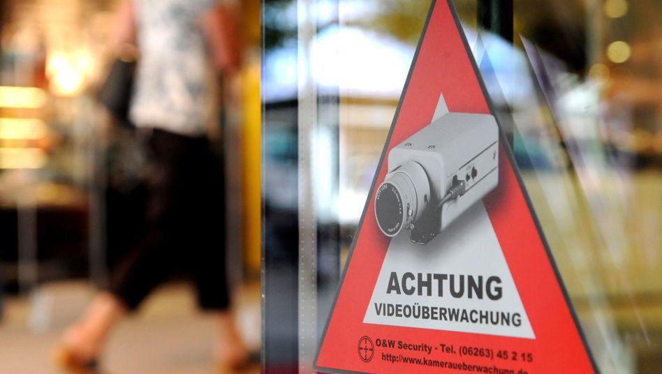 German Interior Minister Hans-Peter Friedrich warns of the threat of lone wolf terrorists.