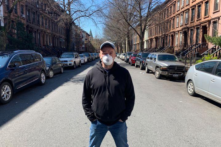 SPIEGEL-Korrespondent Pitzke vor seinem Home Office in Brooklyn
