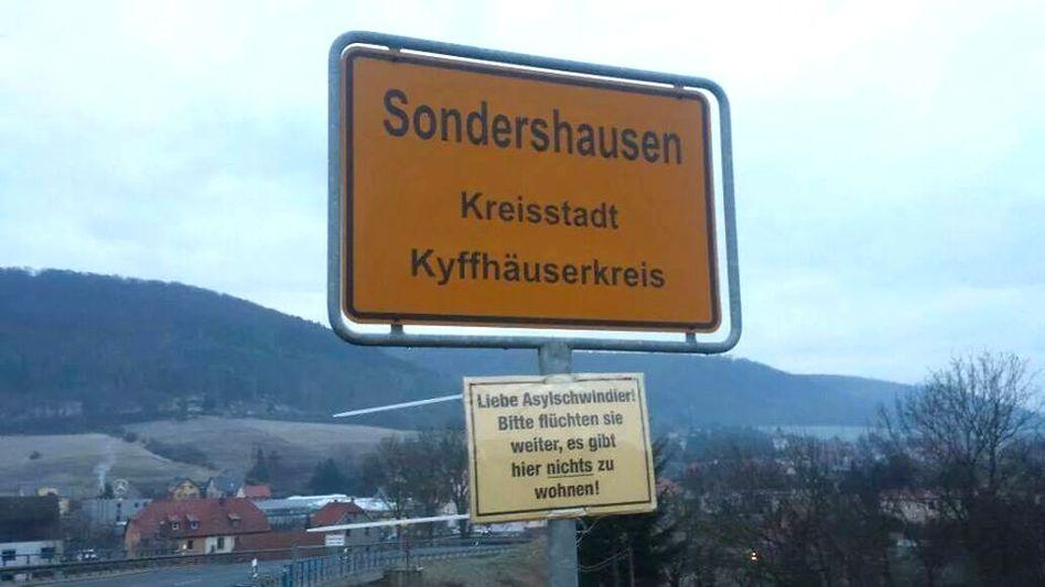 Ortseingang von Sondershausen: Fremdenfeindliche Plakate angebracht