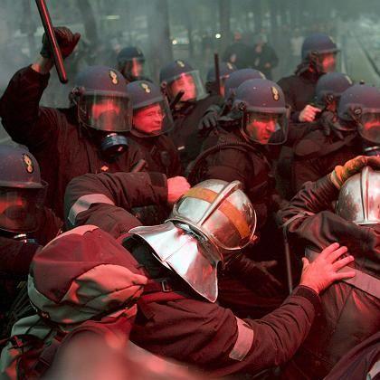 Gewalttätige Proteste in Paris: Feuerwehr contra Polizei