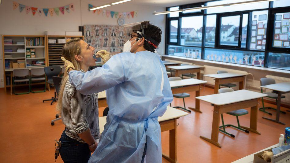 Ein Arzt macht bei einer Grundschullehrerin im baden-württembergischen Hemmingen vor Unterrichtsbeginn einen Corona-Schnelltest