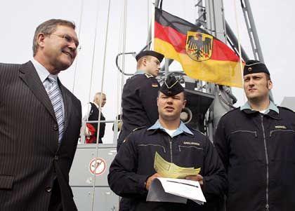 Jung (l.) mit Marinesoldaten: Neue Rüstungsprojekte im Visier