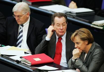 Steinmeier, Müntefering und Merkel (gestern im Bundestag): Opposition nutzt Haushaltshaltsdebatte zur Abrechnung