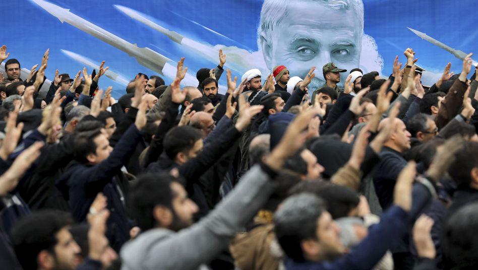 """Demonstranten in Teheran vor Soleimani-Porträt: """"Sie alle werden bezahlen"""""""