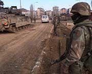 Amerikanische Militär-Patrouille im Februar 2000 in Mitrovica