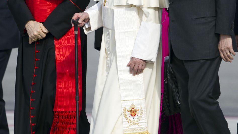 """Papst Benedikt XVI. und Tarcisio Bertone (l.): """"Mein persönliches Vertrauen aussprechen"""""""