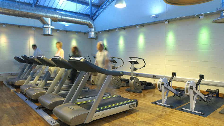 Fitnessstudio am Abend: Workout 24/7