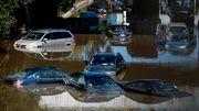 Autos schwimmen, Wasser drückt durch den Abfluss