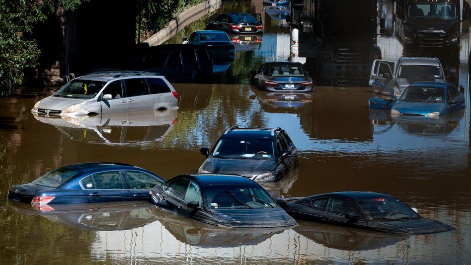 Schwimmende Autos auf einer Schnellstraße in der Bronx am Donnerstag