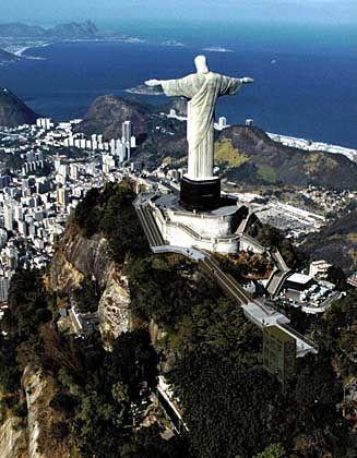 Die gigantische Jesusstatue ist nach Zuckerhut und Copacabana die bedeutendste Touristenattraktion der Stadt