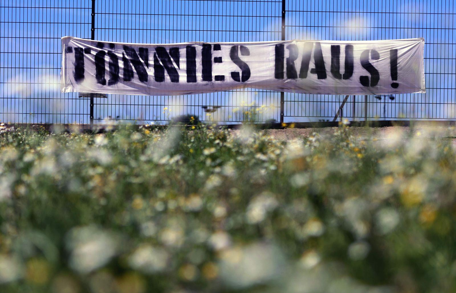 GERMANY-HEALTH-VIRUS-MEAT-PROTEST-FBL-SCHALKE-TOENNIES