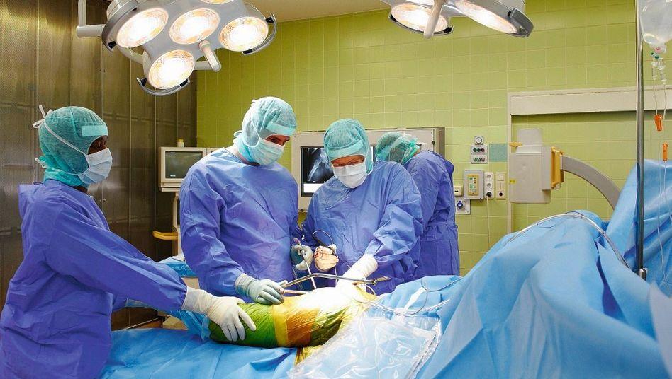 Ärzte bei Hüftgelenkoperation: »Es gibt extrem defizitäre Materialien«