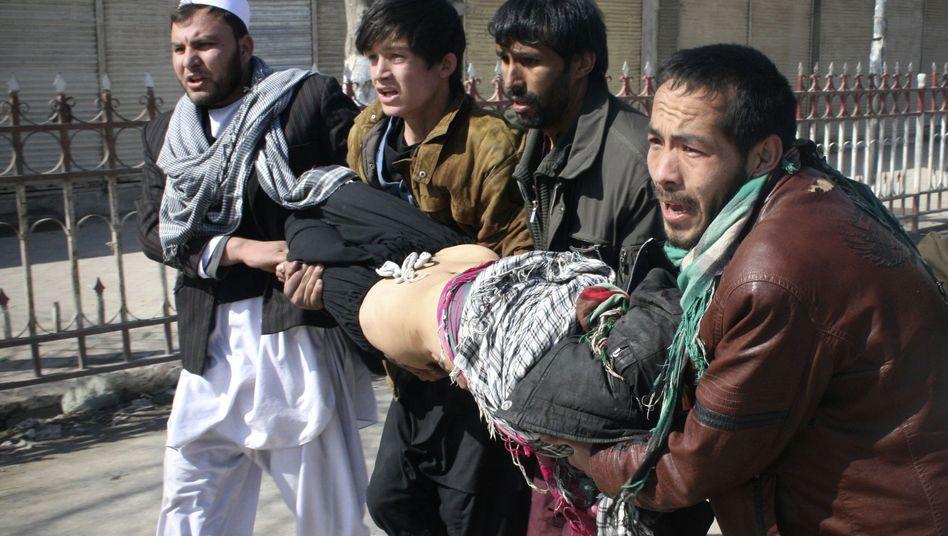 Blutige Proteste in Afghanistan: Demonstranten tragen einen Verletzten davon