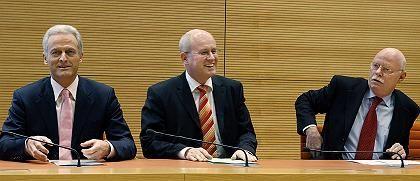 Two smiling conservatives andoneglum Social Democrat?Peter Ramsauer (CSU), Volker Kauder (CDU) und Peter Struck (SPD) assess the 100 balance of the grand coalition.