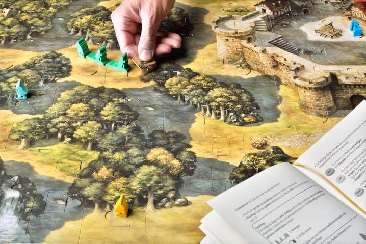 »Die Abenteuer des Robin Hood« ist ein Abenteuerspiel, in dem sich die Spielenden komplett frei auf dem Plan bewegen können