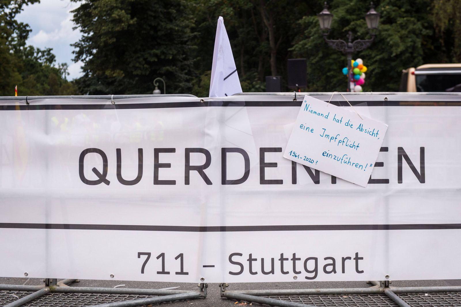 Berlin, Proteste gegen die aktuelle Coronapolitik Deutschland, Berlin - 30.08.2020: Im Bild ist ein Banner mit Querdenk