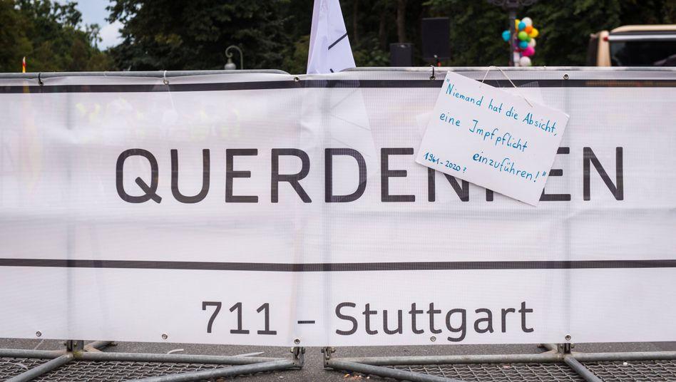 »Querdenken«-Banner an der Siegessäule in Berlin (Archivbild)