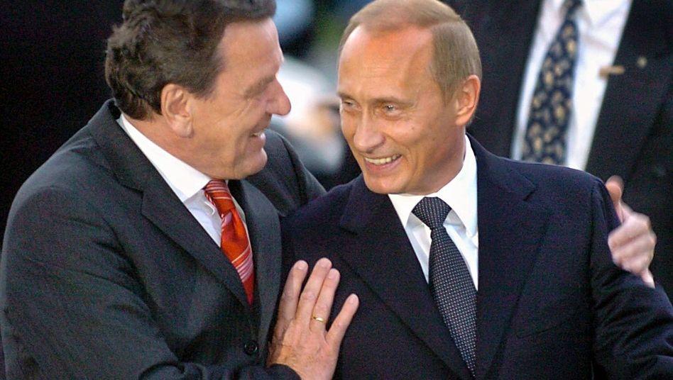 Altkanzler Schröder mit russischem Präsident Putin (Archivbild): Auch der Weg gegen die Macht führt übers Geld