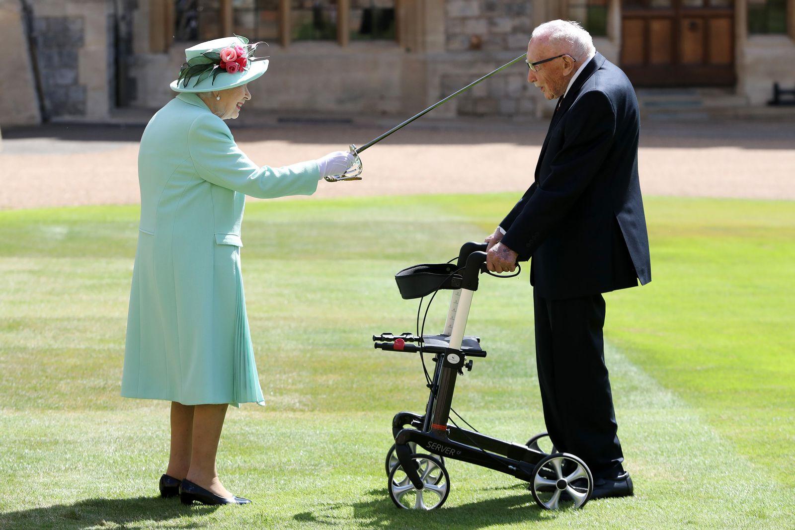 Queen schlägt Spendensammler Moore zum Ritter