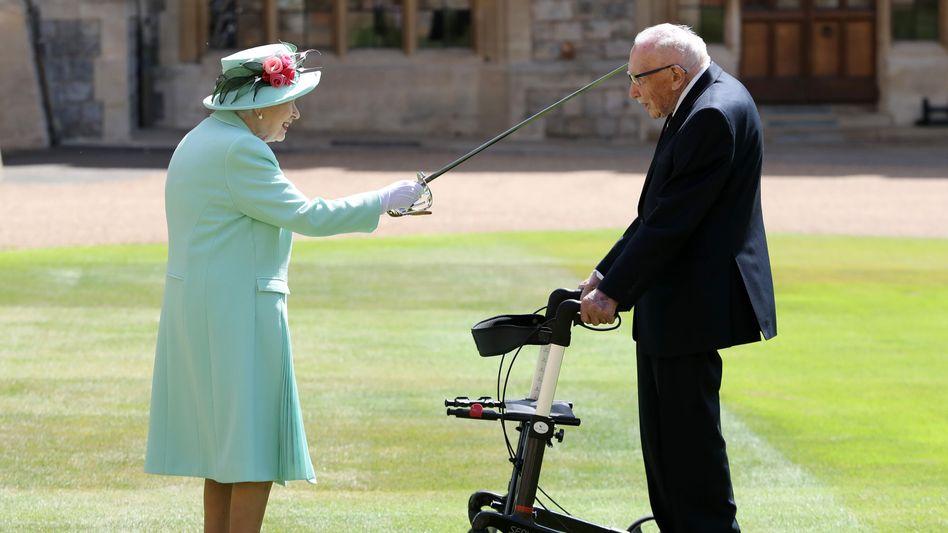 Ritterschlag: Die Queen und Tom Moore vor Schloss Windsor