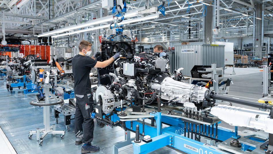 Fertigung im Mercedes-Werk Sindelfingen: Auch das Chinageschäft bremst den Absturz der Konjunktur