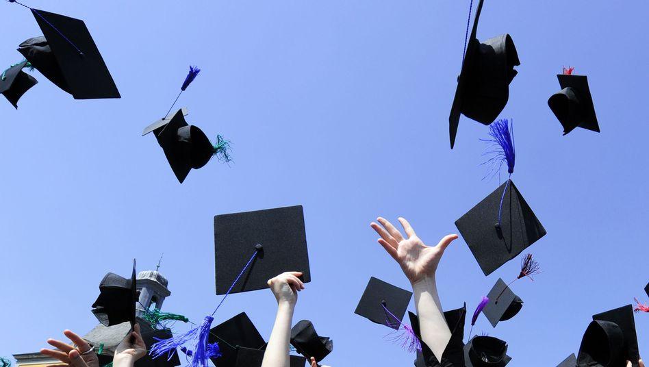 Wer länger studiert, bekommt später im Durchschnitt mehr Lohn, haben Forscher errechnet