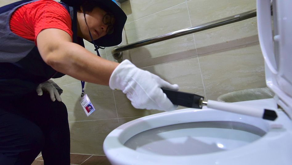Suche nach versteckten Kameras in einem südkoreanischen Hotel 2016