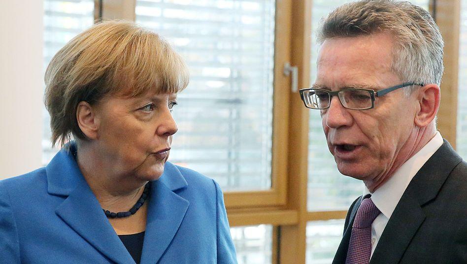 Bundeskanzlerin Merkel, Innenminister de Maiziere: Selbstverständlich hat er das Vertrauen
