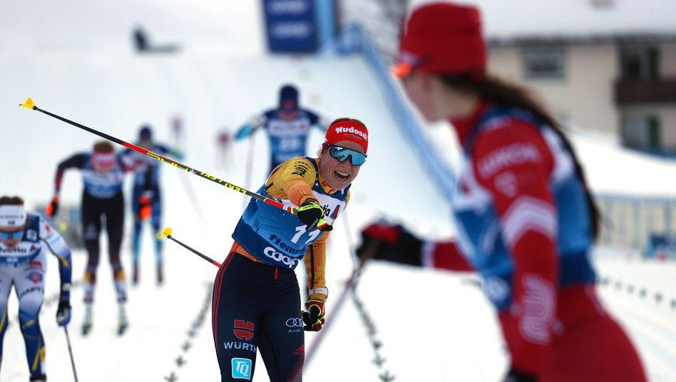 Katharina Hennig (11) jubelt im Ziel mit Siegerin Natalja Neprjajewa