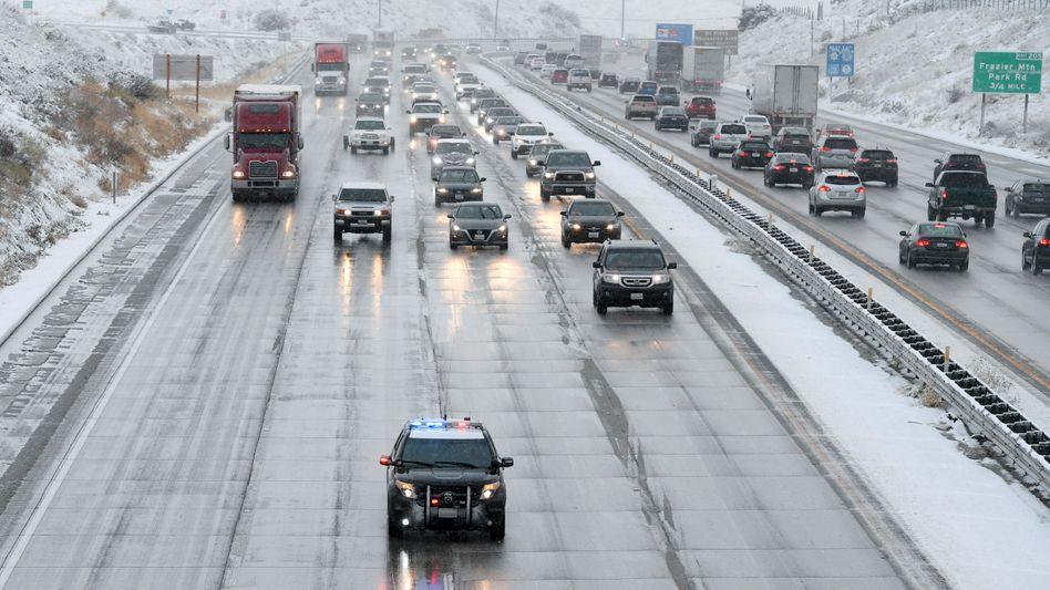 Schwierige Bedingungen: Die California Highway Patrol leitet den Verkehr am Tejon Pass in Kalifornien