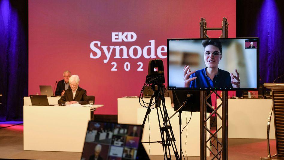 Anna-Nicole Heinrich bei der 13. Generalsynode der Evangelischen Kirche – zugeschaltet via Bildschirm