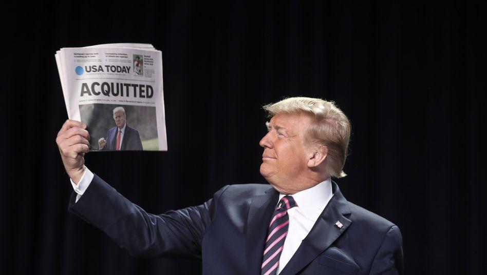 """""""Freigesprochen"""": US-Präsident Donald Trump feiert seinen Sieg im Impeachment-Verfahren und zeigt Anhängern die Schlagzeilen der Zeitungen"""
