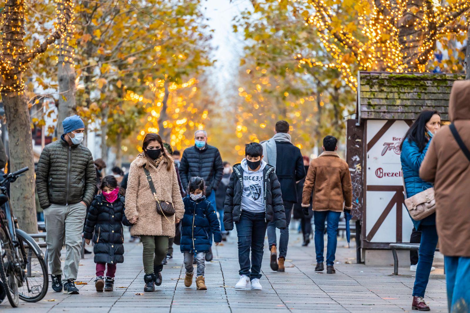 Ab Samstag gelten in Stuttgart deutlich versch‰rfte Ausgangsbeschr‰nkungen. Weihnachts-Shopping in der Fuflg‰ngerzone Stu