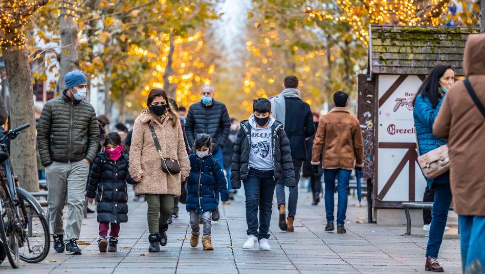 Passanten in Stuttgart: Mehr Geld für Familien, Arme, Unternehmen