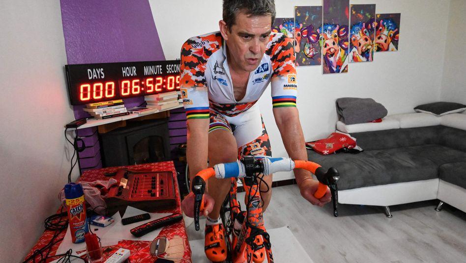 Pascal Pich bei seiner Aktion im April 2020: Für den guten Zweck aufs Rad – damals in seinem Wohnzimmer