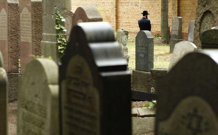 Stille Andacht auf dem Jüdischen Friedhof in Berlin-Weißensee