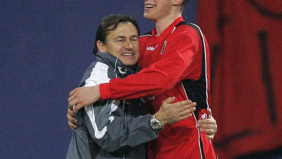 Hannover-96-Trainer Lienen, Profifußballer Mertesacker im Dezember 2004 »Hätte er mit dem aufhören sollen, was er auch liebt?«