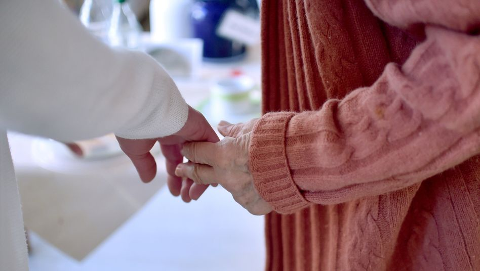 Pflegekraft in einem Thüringer Seniorenzentrum: Insgesamt 17 Prozent suchen Fachkräfte im Ausland