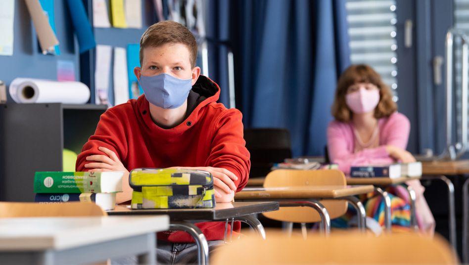 Auch im Unterricht sollen Schüler in NRW bald Maske tragen müssen (Symbolbild)