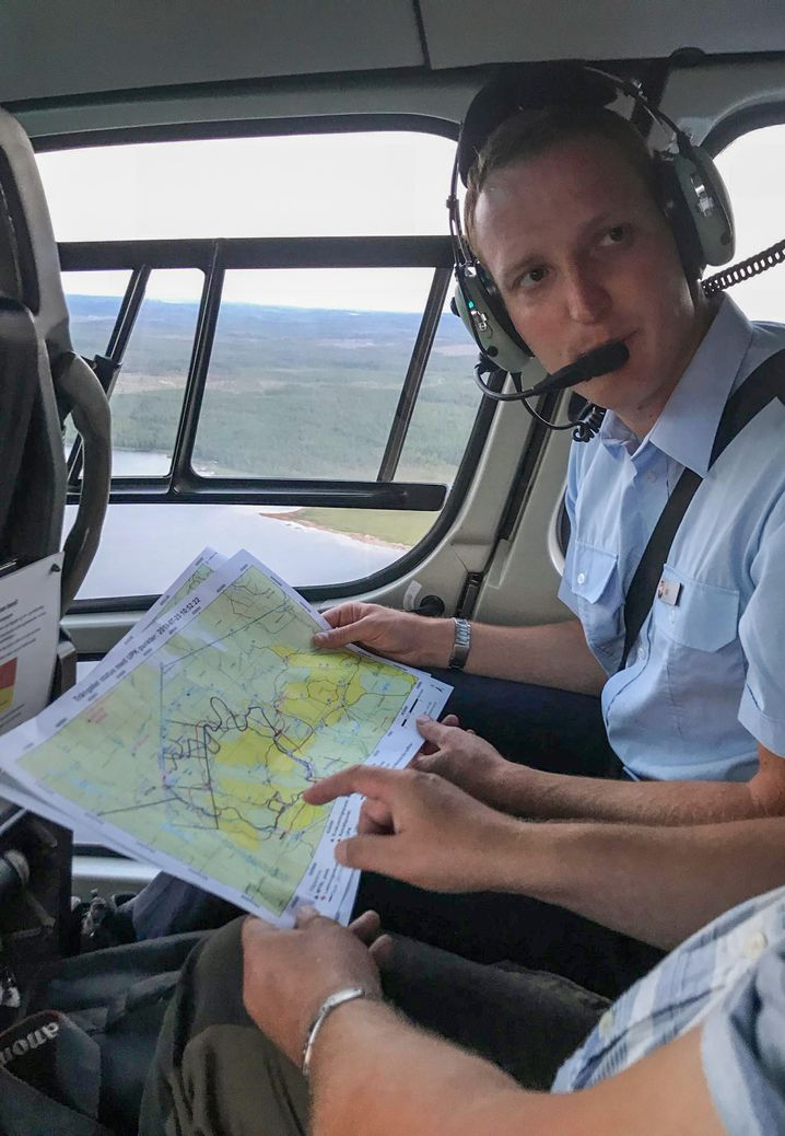 Der niedersächsische Einsatzleiter Martin Voß im Hubschrauber über dem schwedischen Einsatzort
