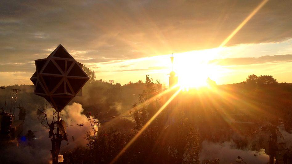 Fusion Festival (Archivbild): Sonnenuntergang hinter der Turmbühne