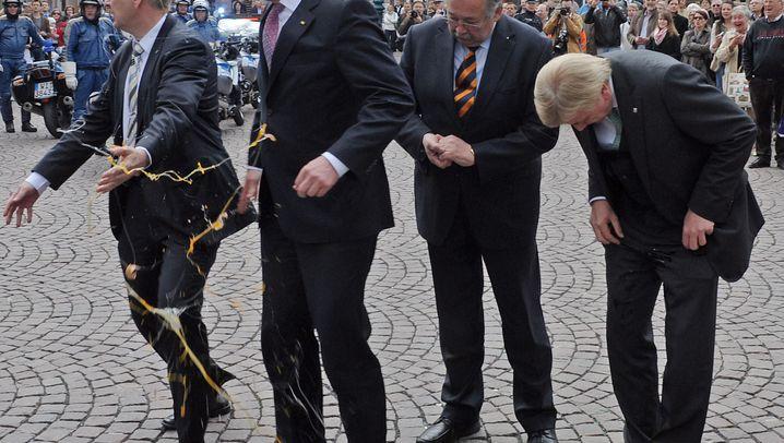 Angriffe auf Politiker: Klebrige Erlebnisse von Wulff, Kohl und Co.