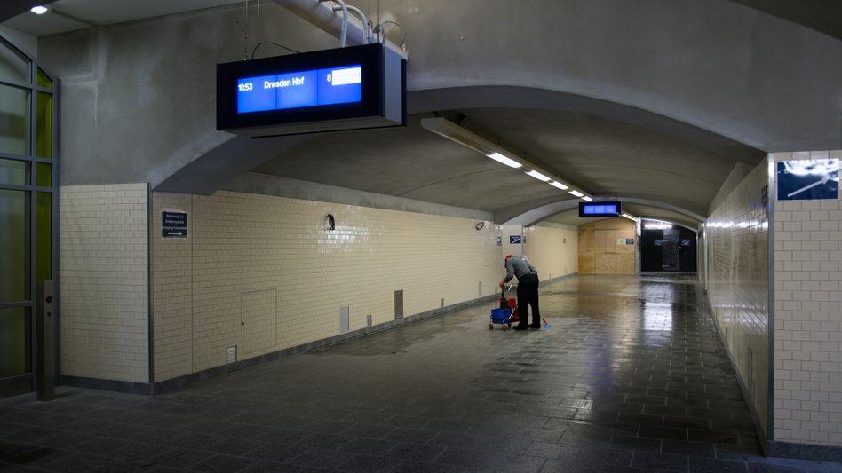 Reinigungskraft am Dresdner Hauptbahnhof: Mindestlohn für alle?