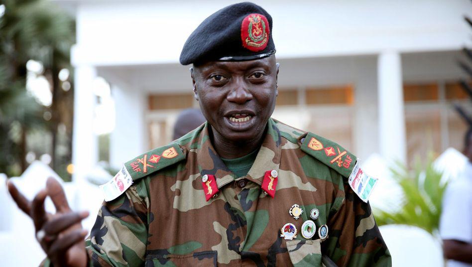 """General Ousman Badjie, Armeechef in Gambia, verspricht """"seiner Exzellenz"""" die volle Unterstützung"""