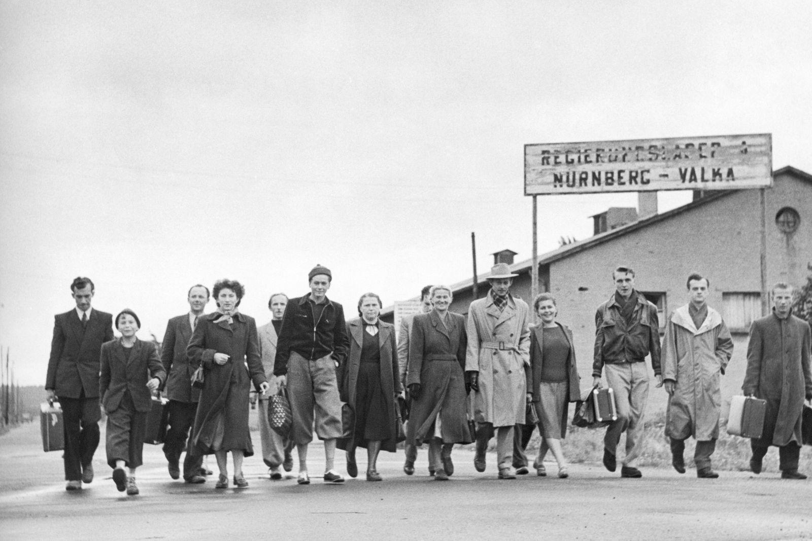 Tschechische Flüchtlinge vor dem Valka-Lager, 1951